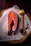 新鲜的未加工的三文鱼片断  库存图片