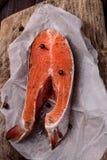 新鲜的未加工的三文鱼片断  图库摄影