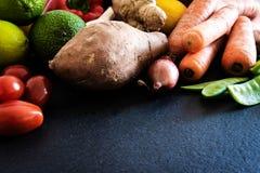 新鲜的未加工的有机水果和蔬菜在板岩厨台健康吃概念 库存图片