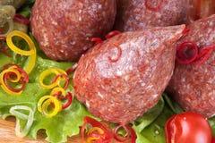 新鲜的未加工的炸肉排用草本和蕃茄 免版税库存照片