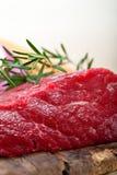 新鲜的未加工的牛肉被切开的准备好烹调 免版税库存照片