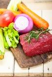 新鲜的未加工的牛肉被切开的准备好烹调 免版税库存图片
