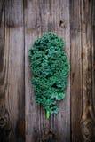 新鲜的未加工的绿色superfood无头甘蓝卷曲圆白菜离开 免版税库存图片