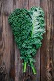 新鲜的未加工的绿色superfood无头甘蓝卷曲圆白菜离开 免版税库存照片