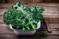 新鲜的未加工的绿色superfood无头甘蓝卷曲圆白菜离开 库存图片