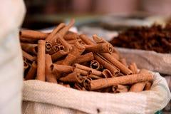 新鲜的未加工的肉桂条篮子在香料市场上 免版税图库摄影