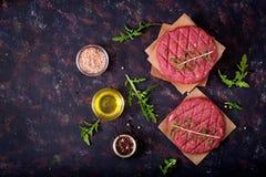 新鲜的未加工的自创剁碎的牛排汉堡用香料 免版税库存照片