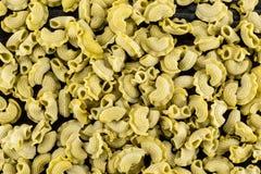 新鲜的未加工的菠菜面团Creste在黑木头的di加洛 免版税库存图片