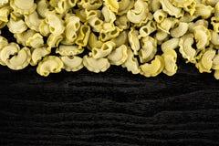 新鲜的未加工的菠菜面团Creste在黑木头的di加洛 免版税图库摄影