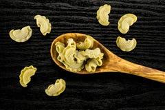 新鲜的未加工的菠菜面团Creste在黑木头的di加洛 库存照片