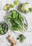 新鲜的未加工的蔬菜-唐莴苣、硬花甘蓝、花椰菜、胡椒、橄榄油和姜在轻的背景 库存图片