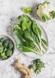 新鲜的未加工的蔬菜-唐莴苣、硬花甘蓝、花椰菜、胡椒和姜在轻的背景 库存照片
