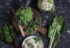 新鲜的未加工的蔬菜-硬花甘蓝,花椰菜,在黑暗的背景的唐莴苣 库存图片