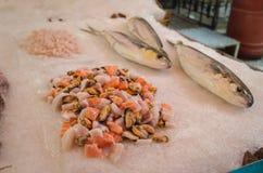 新鲜的未加工的虾,三文鱼,在冰的淡菜片断在巴勒莫,西西里岛传统街市上  免版税库存图片