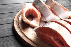 新鲜的未加工的鲑鱼排 免版税库存图片