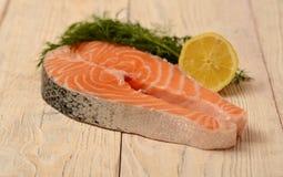 新鲜的未加工的鲑鱼排 库存照片