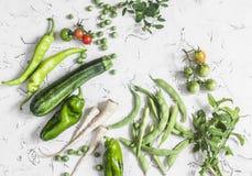 新鲜的未加工的绿色菜-夏南瓜、绿豆和豆,欧洲防风草,胡椒,蕃茄,在白色背景的葱 库存图片