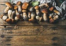新鲜的未煮过的白色森林在木背景采蘑菇 免版税库存图片