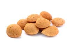 新鲜的杏仁堆在壳的 图库摄影