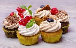 新鲜的杯形蛋糕用新鲜的莓果 免版税图库摄影