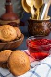 新鲜的松饼和蔓越桔果汁饮料有黑暗的背景和分支树 库存照片