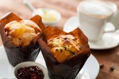 新鲜的松饼用咖啡 免版税库存照片