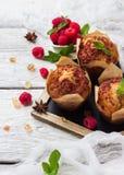 新鲜的松饼用在一张土气桌上的莓早餐 库存照片