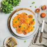 新鲜的柑桔沙拉用薄菏和蜂蜜,方形的庄稼 图库摄影