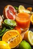 新鲜的柑橘桌汁液 免版税库存图片