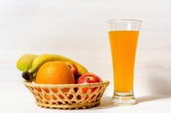 新鲜的柑橘汁用在一张木桌上的果子 库存图片