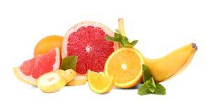 新鲜的柑橘水果和叶子在白色背景 水多的酸葡萄柚 鲜美裁减柠檬 滋补黄色香蕉 免版税图库摄影
