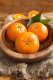 新鲜的柑橘水果蜜桔,在土气样式的桔子特写镜头 库存照片