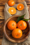 新鲜的柑橘水果蜜桔,在土气样式的桔子特写镜头 图库摄影