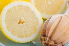 新鲜的柠檬切成了两半 库存图片