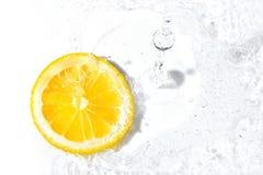 新鲜的柠檬切片和水飞溅 库存照片