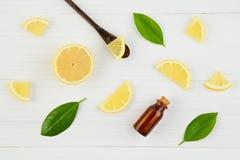 新鲜的柠檬和柠檬叶子有精油的在土气木头 库存图片
