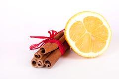 新鲜的柠檬和肉桂条 免版税库存图片