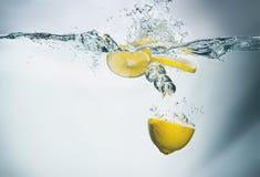新鲜的柠檬在与飞溅的水中 库存图片