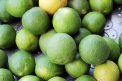 新鲜的柠檬在市场上 库存图片