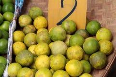 新鲜的柠檬在市场上 库存照片