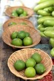 新鲜的柠檬在市场上 免版税库存图片