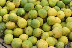 新鲜的柠檬在市场上 免版税库存照片