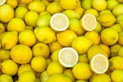新鲜的柠檬待售 免版税库存照片