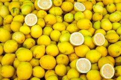 新鲜的柠檬待售 库存图片