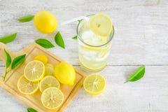 新鲜的柠檬汁和的柠檬 免版税库存图片