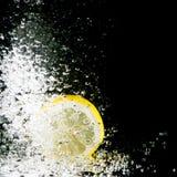 新鲜的柠檬飞溅 免版税库存照片