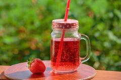 新鲜的柠檬水,莓果草莓露天 免版税库存图片