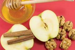 新鲜的核桃、蜂蜜、桂香和苹果 图库摄影
