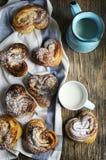 新鲜的桂香小圆面包和杯子牛奶 库存图片