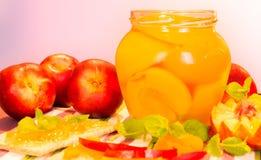 新鲜的桃子和桃子果酱 库存图片